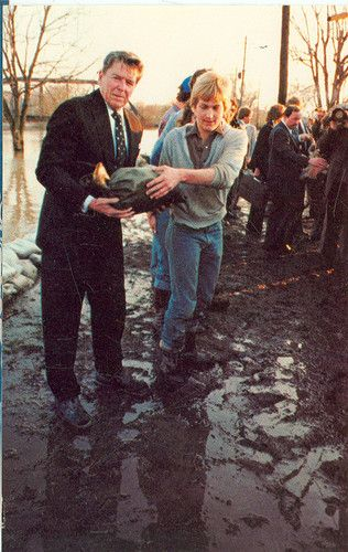 PRES. REAGAN IN INDIANA FORT WAYNE FLOOD DAMAGE TOUR 1982(CL114*)