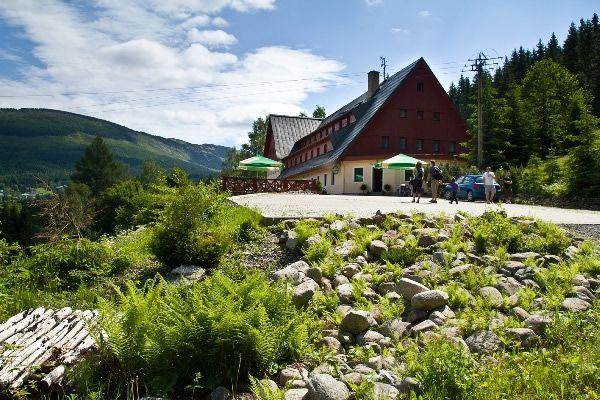 Špindlerův Mlýn - Hotel Alpina  Hotel Alpina se nachází v krásné přírodě Krkonošského národního parku v samém srdci Krkonoš - ve Špindlerově mlýně. Od centra města ho dělí pouhých deset minut vycházkové chůze. Hotel je vzdálený pouhých 100 metrů od sjezdové tratě Hromovka, což ocení lyžaři hlavně v zimních měsících.  http://www.dobrynocleh.cz/detail/hotel/krkonose-a-podkrkonosi/trutnov/hotel-alpina