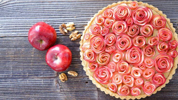 Že na jablečném koláči už není co vymyslet? A co když z jablek umotáte roztomilé růžičky, do korpusu přidáte křupavé ořechy a vše doplníte jemným žloutkovým krémem? Za takový koláč se nebudete stydět ani před tchyní!