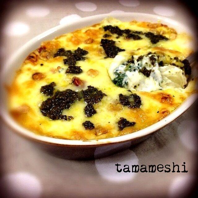 春菊のグラタンなんて♡ 思いつかなかったけど美味いにきまってる٩꒰৹৺৹ઌ꒱♡ ブルーチーズとかはないもんでピザ用チーズで   くるみもないからミックスナッツで   上に春菊ソースもたらたらのせて焼きました。 案の定めちゃうま♡めちゃうまです。 ぴくるすさん♡素敵レシピ ありがとうございました( •ॢ◡-ॢ)-♡ - 93件のもぐもぐ - ouchi7さんの*春菊とくるみとブルーチーズのグラタン by tama