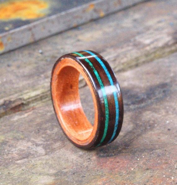 Hier hebben we een handgemaakte gebogen hout Ebony en Applewood ring met twee dubbele stenen bands van Malachiet en turquoise!  Volledig uniek, geen twee ringen zijn steeds hetzelfde.  Deze ringen vertegenwoordigen uren van zorgvuldige crafting om een duurzame, unieke en oog springende stuk te maken. Gemaakt door inwikkeling een fineer van hout om zich heen kan de ring als comfortabel dun, maar nog steeds zeer sterk en is afgewerkt met vele waterdichte lagen en een definitieve spray wax op…