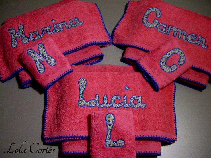 Tres JUEGOS DE TOALLAS PERSONALIZADOS para tres primas que hacen la COMUNIÓN. Rosa chicle y azul. ¿Qué os parecen? Más modelos en http://www.lolacortes.com/toallas-personalizadas.html