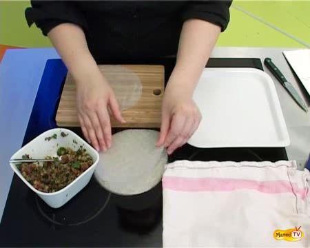 Etape clés :- Faire tremper la feuille de riz dans l'eau tiède durant quelques instants. La retourner afin qu'elle...