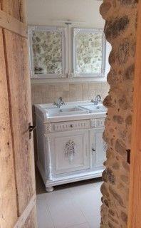 rustikales und zugleich romantisches badezimmer mit einem doppel waschtisch im landhaus stil