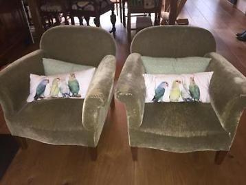 Twee leuke antieke kleine stoelen. Groen velours bekleed. Stof is hier en daar wel versleten en bij 1 stoel een stukje los aan de achterkant. 4 houten pootjes 15 cm hoog afm: h 66cmx b 60cm x d 60cm.