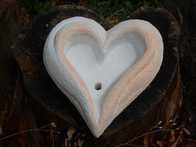 Pflanzschale- liebevolle Handarbeit, gefertigt aus Gasbetonstein - in Herzform geeignet für Beet, Rabatte, oder Terrasse. Auch sehr schön auf Gräbern. Für Pflanzen die wenig Erde benötigen, z.B....
