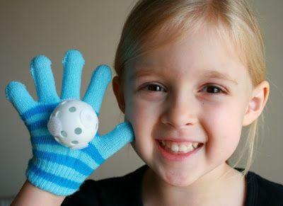 """Hoje, trago para vocês cinco ideias de brinquedos e atividades que dá para fazer em casa. Tudo super criativo e com materiais baratos e fáceis de achar. Espero que gostem!  1. Essa ideia é simples e divertida. Basta fixar alguns pedacinhos de velcro numa bola (a parte que tem os """"dentinhos"""" e não"""