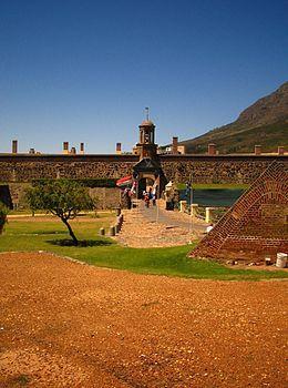 Die Kasteel die Goeie Hoop in Kaapstad is die oudste gebou uit die blanke vestigingstyd in Suid-Afrika. Gebou tussen 1666 en 1679 deur die VOC (Vereenigde Oost-Indische Compagnie)