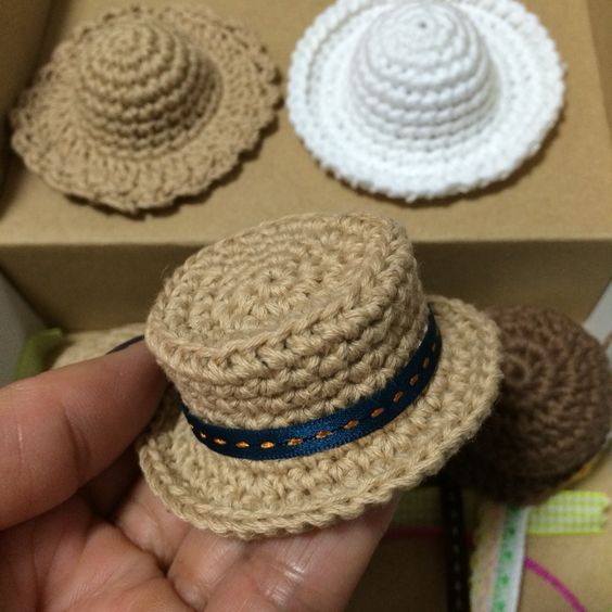 Crochet Doll Hats ༺✿ƬⱤღ www.pinterest.com…: