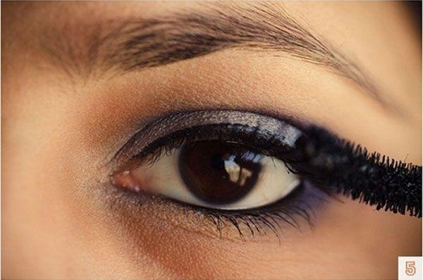 tutorial makeup brown eyes. Intotdeauna m-am intrebat ce culori as putea sa folosesc la un machiaj pentru a arata perfect. Bineinteles, am invatat in timp ca acest lucru depinde de extrem de multi factori, nu doar de culoare. Forma fetei, a gurii, a sprancenelor, pana si personalitatea fiecareia ajuta sau nu la definitivarea lookului.  Aici va prezentam un look perfect pentru posesoarele de ochi caprui. Incepem cu o culoare de baza, un fel de nude. Se aplica pe toata pleoapa.