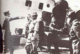 Spain - 1936. - GC - Llegada de Franco al aeropuerto de Tetuán en el Dragon Rapide.