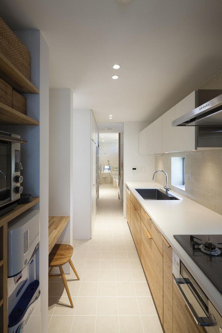 近年はアイランドキッチンが人気ですが、こちらの奥さまの要望は独立型。メリットは、リビングやダイニングに生活感(臭いや音も含め)が溢れ出ないこと。調理に集中できること、奥さまだけの落ち着いた空間を手に入れることができます。 専門家:根來宏典が手掛けた、独立型のキッチン(祐天寺の家)の詳細ページ。新築戸建、リフォーム、リノベーションの事例多数、SUVACO(スバコ)