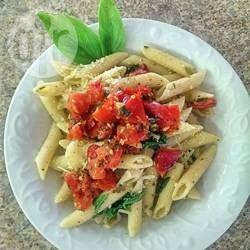 Penne met spinazie, tomaten en pancetta      500 g #penne     2 eetlepels #olijfolie     6 plakjes #Pancetta, gesneden     6 teentjes #knoflook, fijngesneden     1 blikje of pak (ca. 400 g) #gesneden #tomaten     500 g #verse #spinazie, blaadjes gescheurd