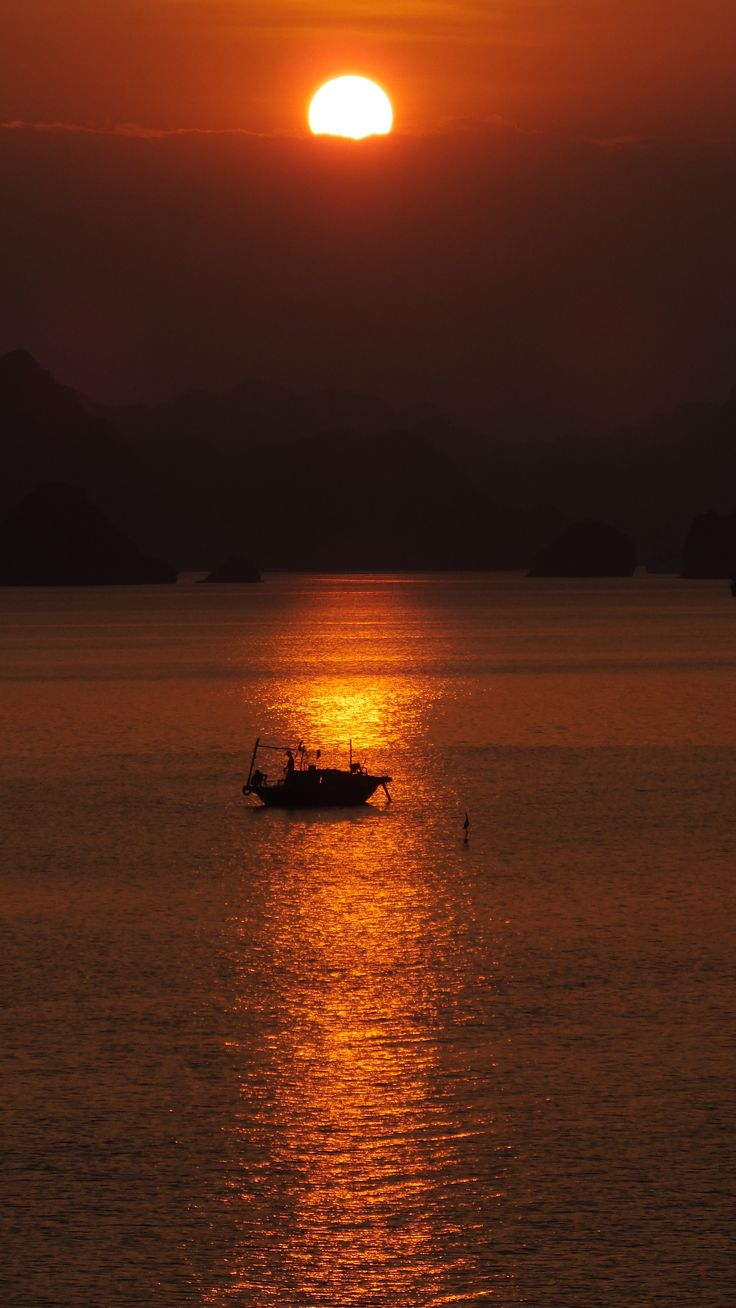 a unique picture that I took in Vietnam Halong's bay. #Vietnam #halong #bay #photo #travel #turism
