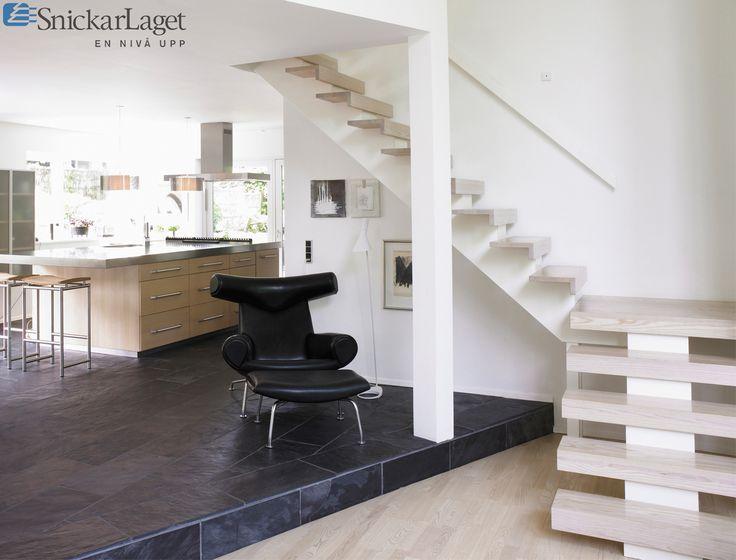 Trappa Balk med vitlaserade steg i ask och vitmålad balk.  #trappa #balk #snickarlaget #balktrappa #kök #stair #kitchen #inspiration #inspo #design #interiör #interior