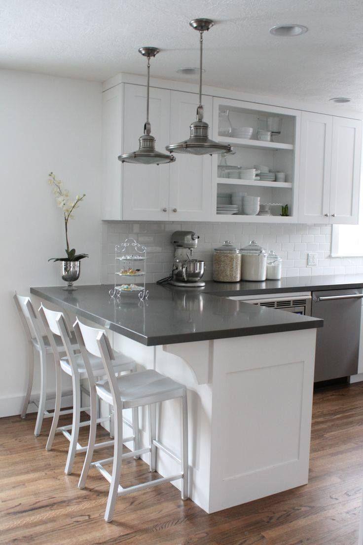 Bílá kuchyň s velkým pultem -