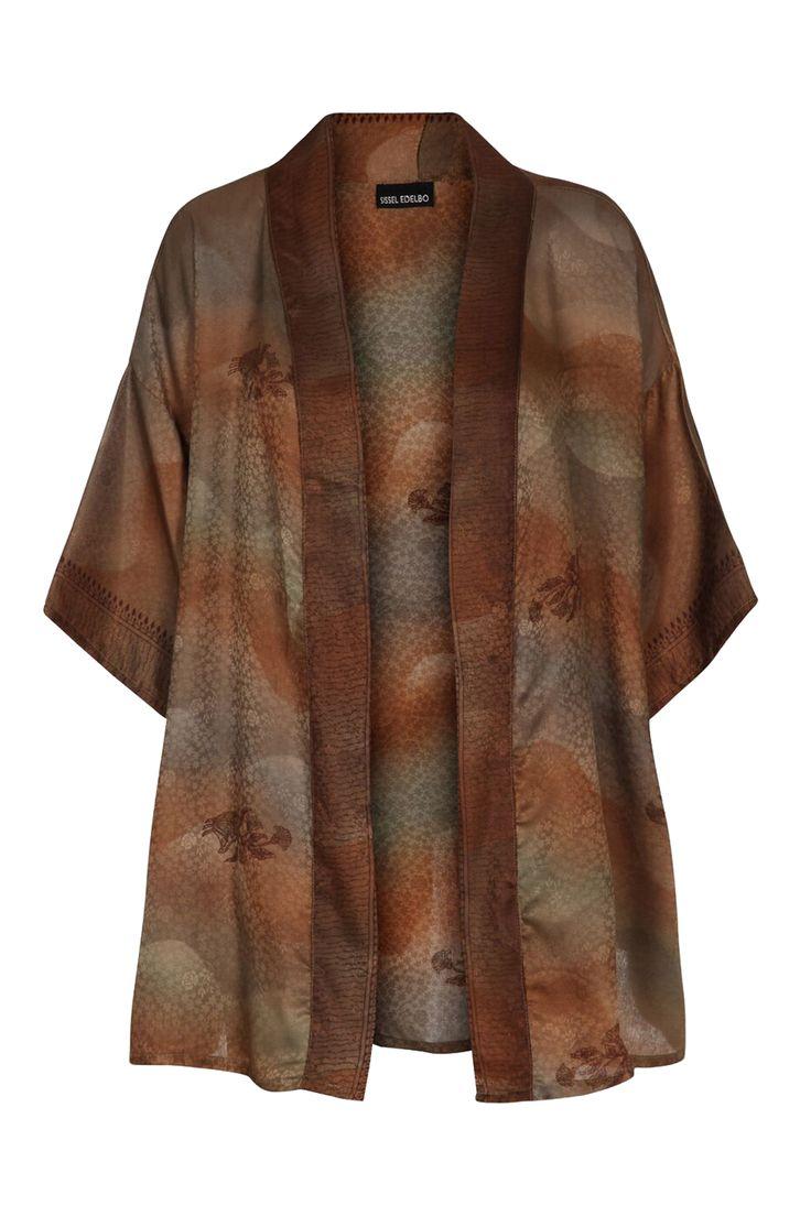 Unik kimono, der er lavet af vintage sarier fra Indien, så der er kun en af hver! Brug den over en kjole, over bikinien på stranden eller til et par læderbukser for et mere råt look.  Farve: Brown/red Vintageprodukt Oversize pasform