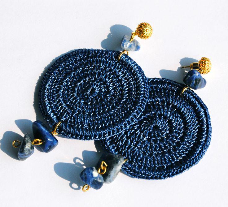 Orecchini blu all'uncinetto e pietre dure