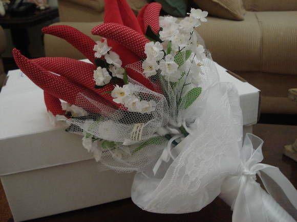 Buquê de Pimenta, para ser jogado no casamento, para as convidadas casadas, com intuito de apimentar a relação. São 6 galhos com 2 pimentas cada, aoto são 12 pimentas. R$ 60,00