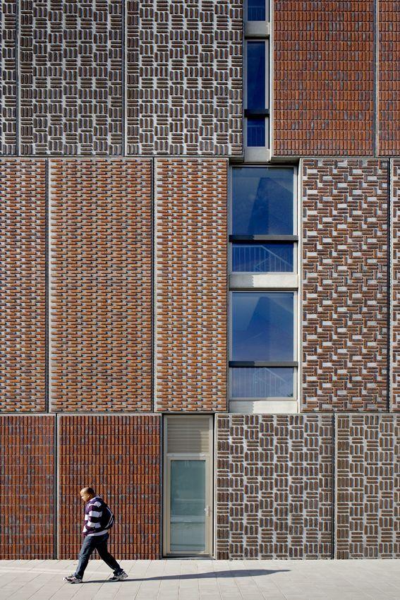 buena combinación de las diferentes texturas y materiales utilizadas en este edificio.