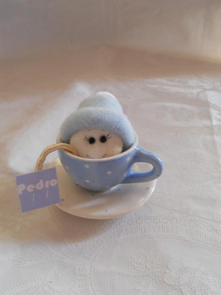 Mini xícara de porcelana com bonequinho de tecido. Pode ser para nascimento ou chá de bebê. Pedido mínimo 12 unidades Preço por unidade Segue embalado, tag e fita de cetim R$11,00