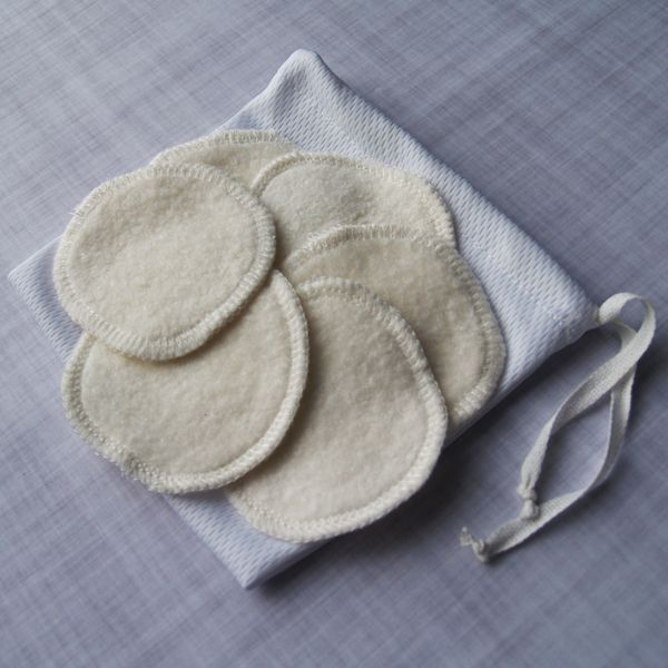 Tampons démaquillants en sherpa de bambou, hyper doux! Tamponsronds (2.5po). Ne rapetissent pas au lavage. Sans parfum, savon, teinture ou produit chimique. Vendus en paquet de 6 tampons, dans un sac de rangement pour qu'ils restent propres avant l'utilisation. 70% viscose de bambou - 30% coton bio. Fabriqué au Canada avec des tissus canadiens.