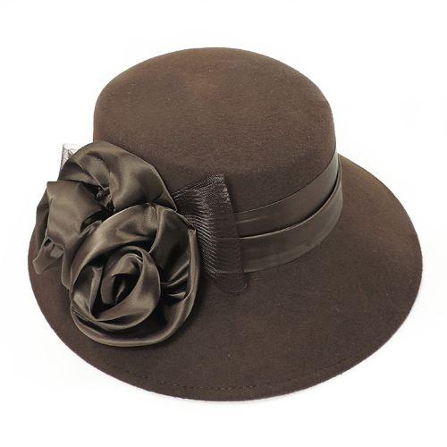 Palarie eleganta maro inchis cu trandafiri din satin  O superba palarie eleganta maro inchiscu trandafiri din satin si funda in aceeasi culoare, realizata manual din lana 100%. Aceasta palarie eleganta maro inchisva completa in mod armonios oricetinuta eleganta in nuantele pamantului. Cu borul usor asimetric (8,3 cm in fata / 6 cm in spate), aceasta palarie maro inchiseste un accesoriu clasic, pentru un stil care nu se va demoda niciodata. Palaria maro inchis eleganta este una dintre…