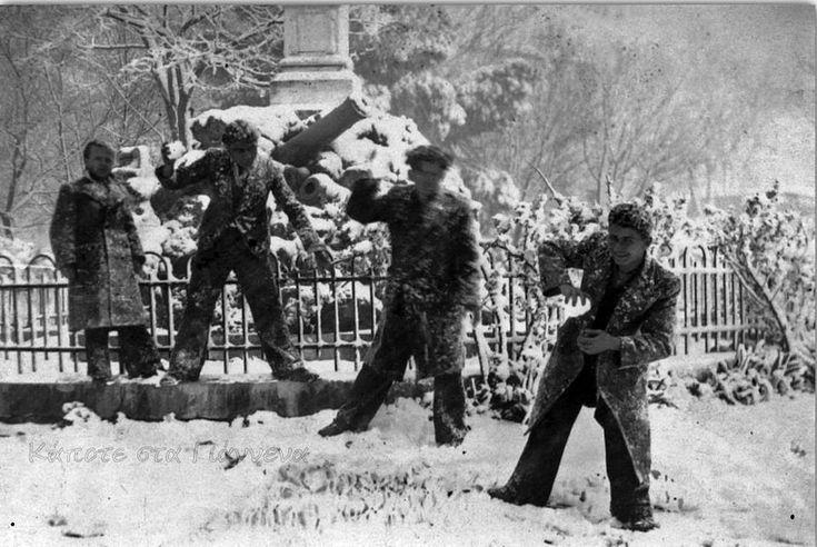 ΓΙΑΝΝΕΝΑ - Παιχνίδια στο χιόνι μπροστά στο παλιό ηρώο! Δεκαετία του '40