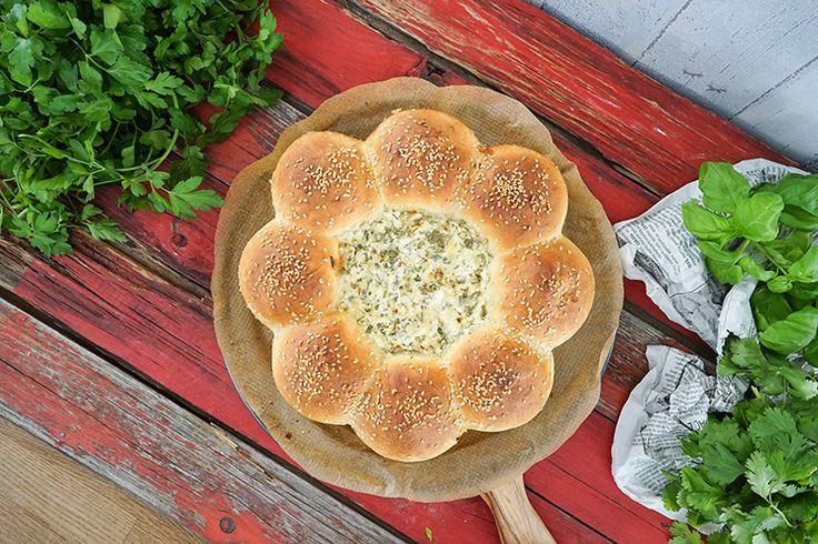 Die locker leichten Brötchen sind gefüllt mit Sucuk und können in den mitgebackenen Käsedip eingetaucht und verpeist werden.