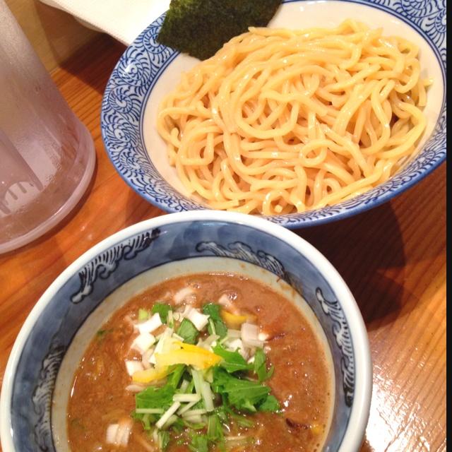 <渋谷 道玄坂マンモス>かなり味の濃いこってりスープですが、自由に割スープ入れられるので自分好みの濃さにできます。ゆずの香りもアクセントでさわやかさもあり。麺は2種類選べて今回はもっちりにした。麺とスープの絡み具合もよくおいしいつけ麺でした。次は違う麺にしてみよう。渋谷でおススメのつけ麺です。
