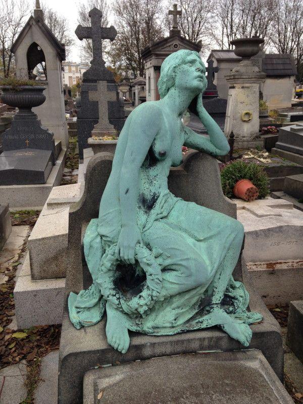 Prachtig beeld op begraafplaats Pere Lachaise Parijs 2013. Ik kreeg de kans de begraafplaats te bezoeken, omdat ik eind november 2013 de Salon Funeraire bezocht. Nu staan de grote Nederlandse begraafplaatsen ook op mijn verlanglijstje. I visited in November 2013 after working at the Salon Funeraire 2013