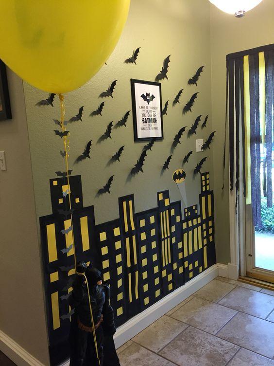 A armar cuidad gótica. Invita a tus Súper Héroes a pegar murciélagos y los detalles de cuidad gótica en un muro de tu sala