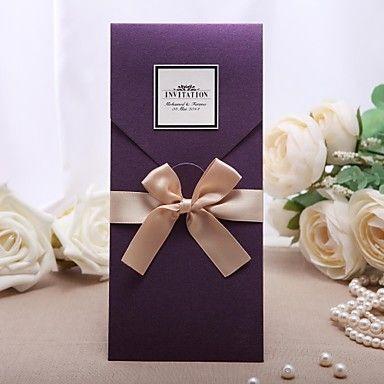 personlig+lilla+bryllup+invitation+med+gylden+bue+(sæt+af+50)+–+DKK+kr.+303