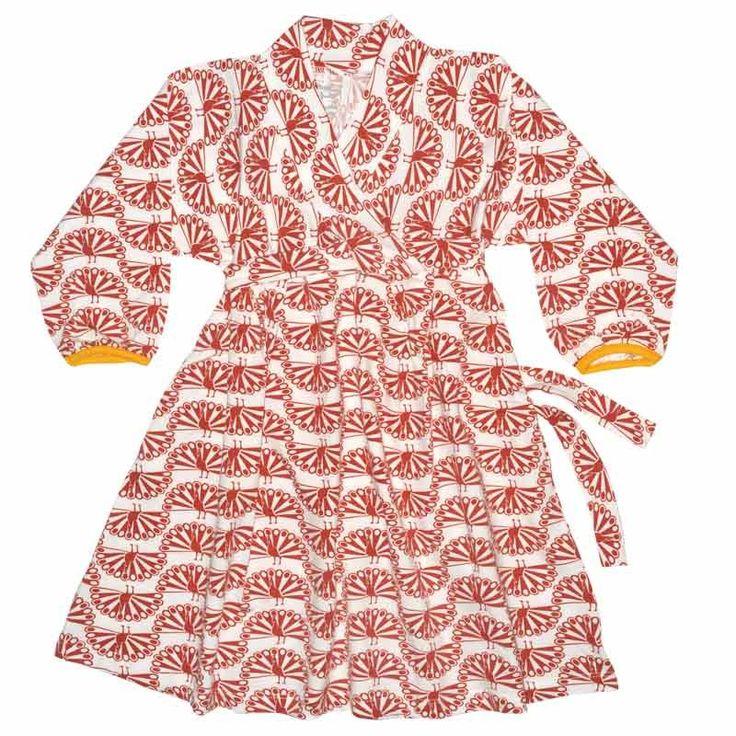 To πιο κοριτσίστικο ρούχο αυτής της σεζόν είναι αυτό το αμπίρ κρουαζέ φορεματάκι που προσδίδει ένα ασιατικό στύλ. Το μαλακό του ύφασμα έχει κεραμιδί παγώνια τυπωμένα επάνω του ενώ υπάρχει μια ζώνη γύρω από τη μέση για να δεθεί στοπίσω μέρος. Το φόρεμα έχει κίτρινο τελείωμα στα μανίκια.  Τα πιο ...