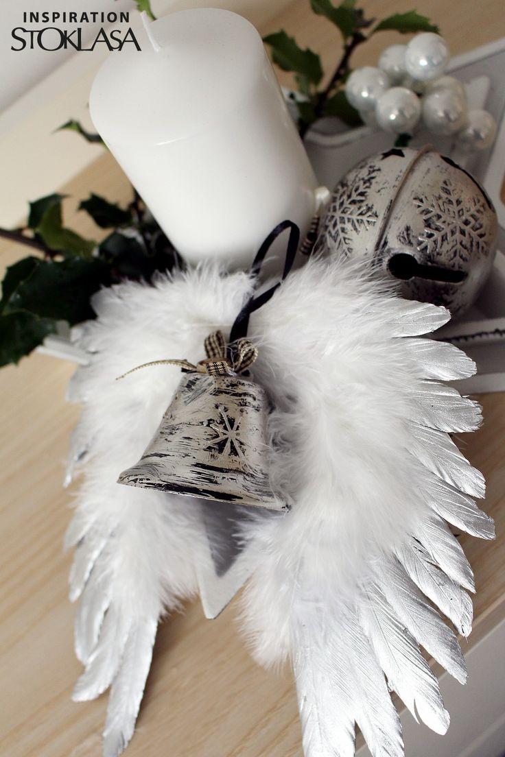 Kovové zvonečky vás zaujmou nejen svým neotřelým designem, ale také nezvyklou velikostí. Působivý je také jejich patinovaný povrch. Zvoní hlasitě a jasně. Zvoneček zdobí mašlička a stuha, díky které ho lze zavěsit na vánoční stromek nebo spolu s dalšími dekoracemi na dveře či na okno.