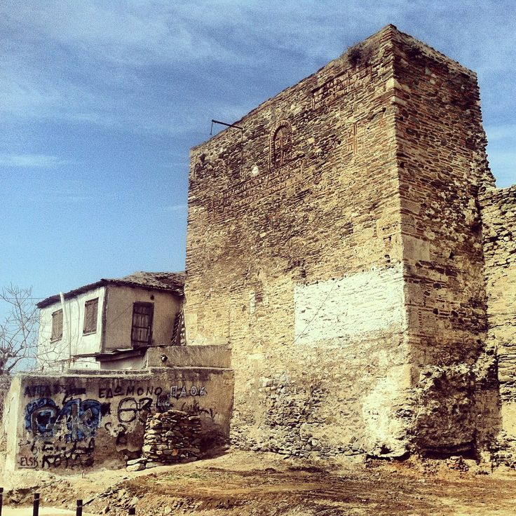 Lapardas Tower and one of the oldest attached houses on it. (Walking Thessaloniki, Route 11- Upper Town c)