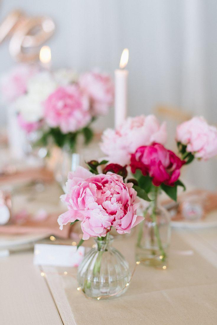 Pioenrozen bij de bruiloftsdecoratie – Meer ideeën staan op de blog! #pfings …  – Table Settings