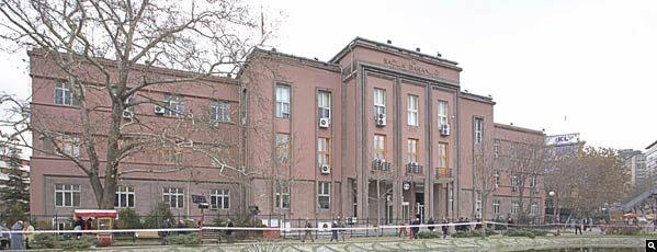 SAĞLIK BAKANLIĞI - 1927 ANKARA, Mimar: Theodor Jost. 1926- 1927 yılları arasında Sıhhiye'de inşa edilen yapı uluslararası modern mimarlık üslubunda Türkiye'de yapılmış ilk yapı olarak kabul edilir. Üç kat ve bir bodrum katı olan yapı, üç simetrik yapı bloğundan oluşur. Günümüzde Sağlık Bakanlığı olarak kullanımına devam edilmektedir.