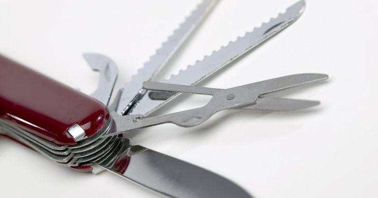 Como reconhecer um Victorinox original. Victorinox é um das duas companhias que completaram 100 anos fabricando canivetes suiços Swiss Army. Em 2005, ela comprou sua rival, Wenger, que independentemente, continua suprindo Swiss Army e o mundo com canivetes, relógios, talheres e outros produtos. A Swiss Army incorporou metade das exigências de cada empresa em particular, porque um lado é ...