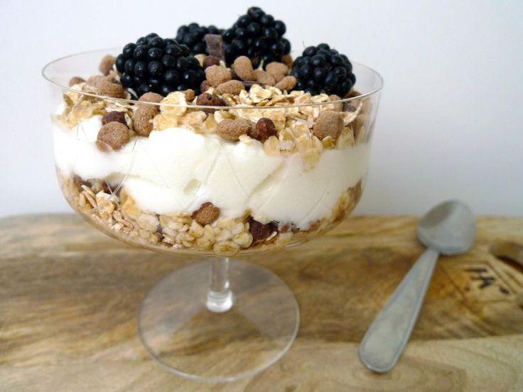 Verwen jezelf met een heerlijk ontbijt: dikke yoghurt, glutenvrij graan, pure chocolade en vers fruit!  | http://degezondekok.nl