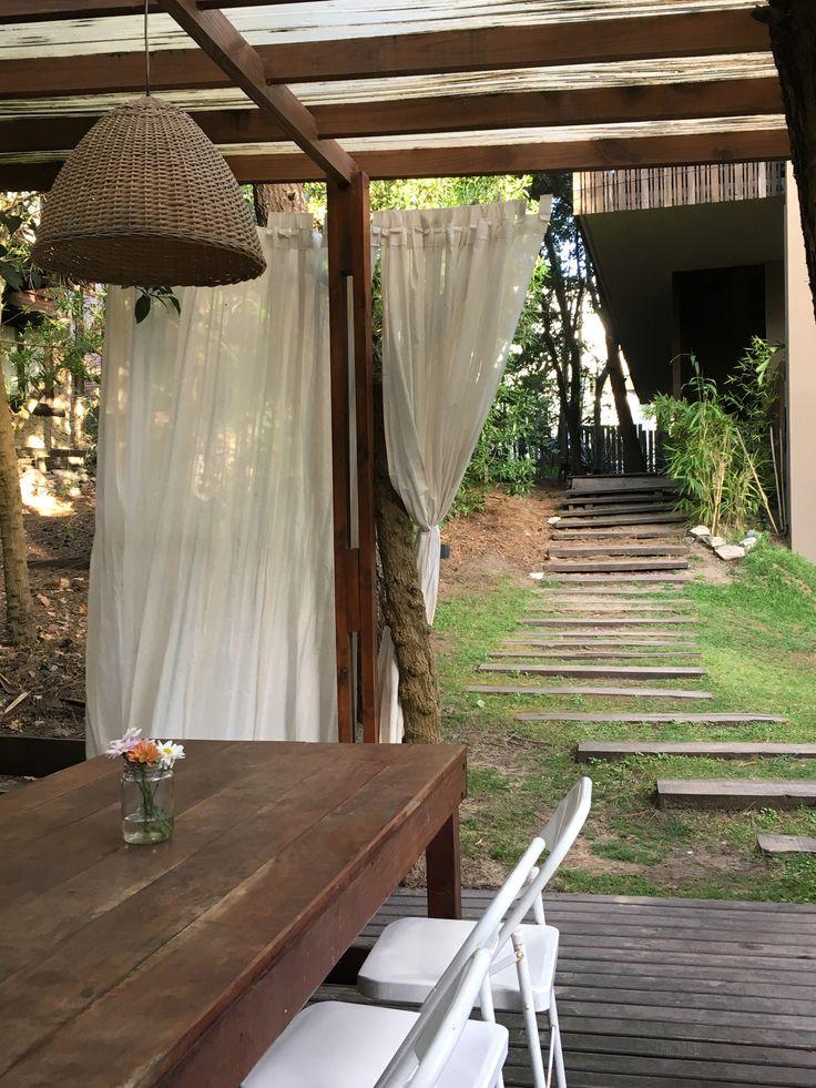 Quincho r stico con parrilla mesa techo y piso de madera for Sillas para quincho
