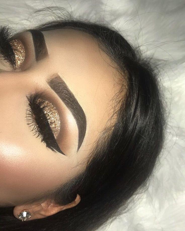 "2,372 Me gusta, 41 comentarios - MICHELLE GUERRERO (@mishelsbeauty) en Instagram: ""Gold Glitter Cut Crease✨ Details @anastasiabeverlyhills Dip Brow in Ebony @anastasiabeverlyhills…"""