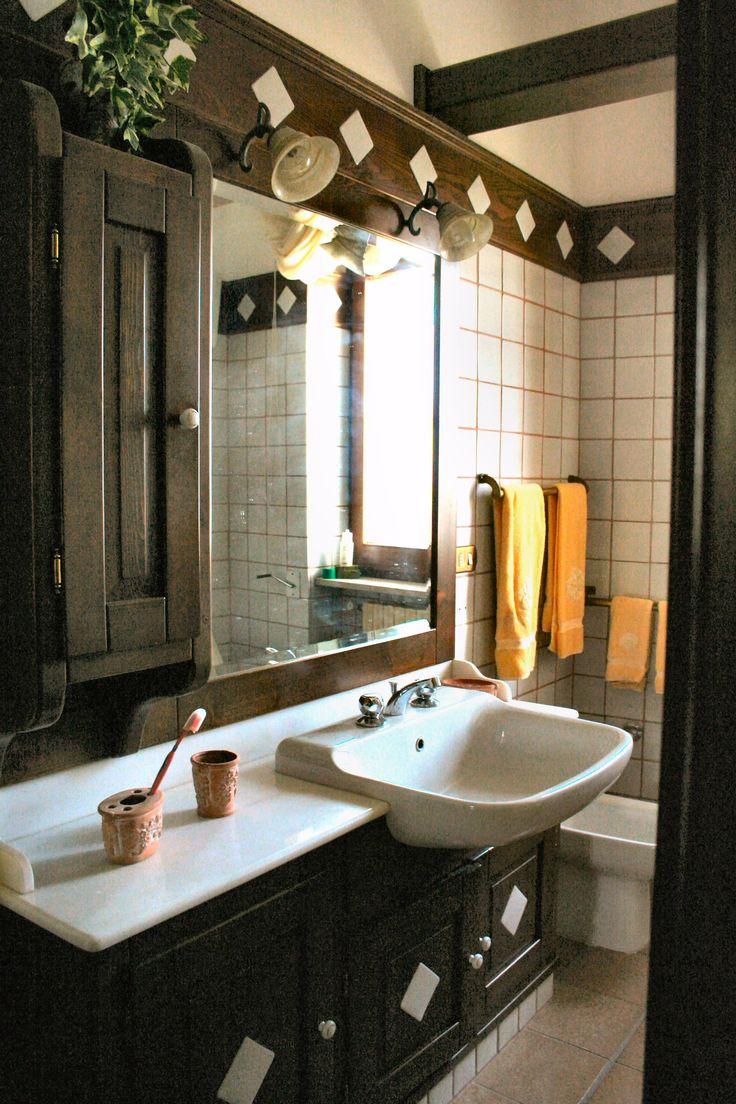 mobile bagno e greca con inserti in ceramica come rivestimento del bagno stesso