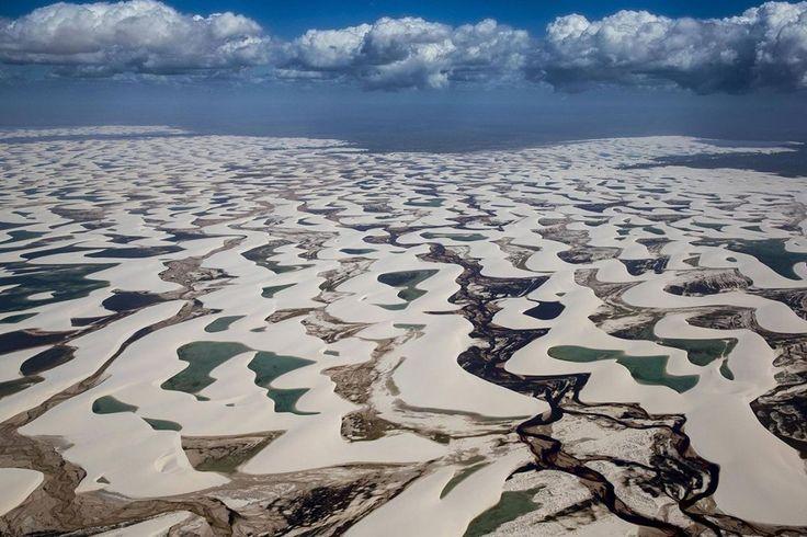 Photographie d'Art de Yann ARTHUS-BERTRAND du Parc National des Lençois Maranhenses, région de Maranhao au Brésil, couvre environ 1550 kilomètres carrés entre l'océan Atlantique et le fleuve Preguiças et offre un paysage somptueux. Les eaux de pluie s'écoulent entre les très nombreuses dunes modelées par le vent.