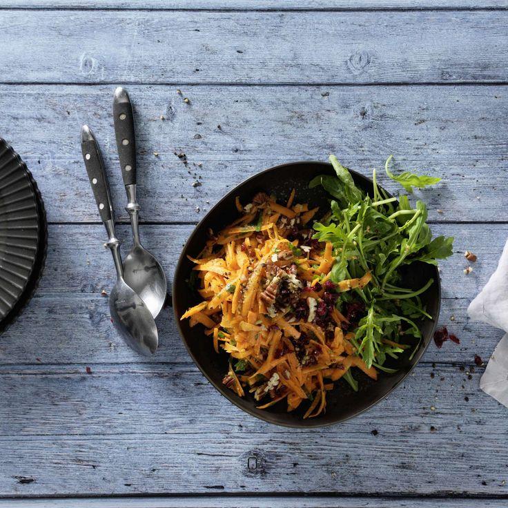 Rüeblisalat. Nicht nur fürs Büebli gesund: Rüeblisalat, aufgepeppt mit Cranberries, Rucola und Pekannüssen, schmackhaft gewürzt mit Knoblauch - da lachen Augen und Magen.
