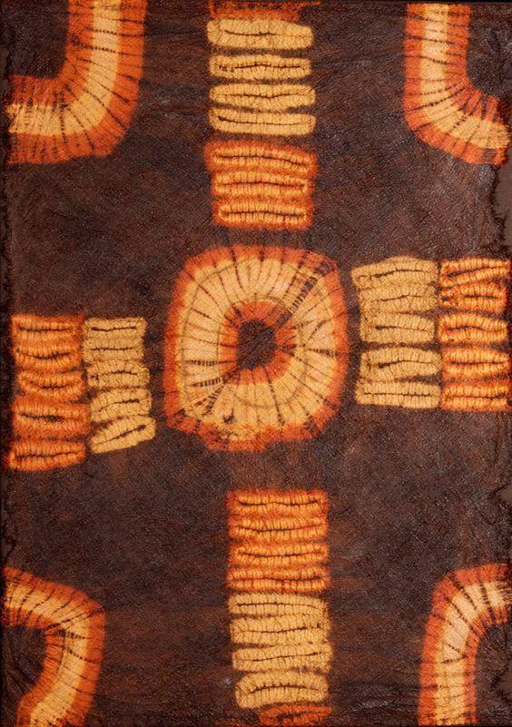 Дида. Родина этой ткани - Кот Д'Ивуар. Ткань теперь считается довольно редкой, так как больше не производится, поэтому чаще ее можно увидеть в музеях и на выставках этнического искусства, чем в обиходе. Исторически ткань использовалась для праздничных церемоний, из нее изготовляли костюмы для танцев. ткань делалась из волокон пальмы рафия, а затем окрашивалась. Традиционные рисунки - это неправильные прямоугольники, овалы и круги. Сейчас ткань считается культурным наследием народности Дида.