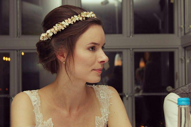 Brautfrisur für kurze Haare mit Blumenkranz und Locken