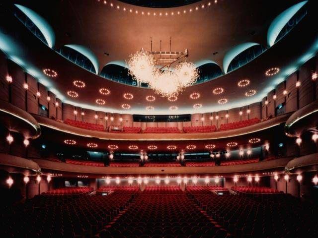 大阪・梅田駅近くにある梅田芸術劇場、広々として荘厳な劇場がある。 茶屋町のおすすめスポット