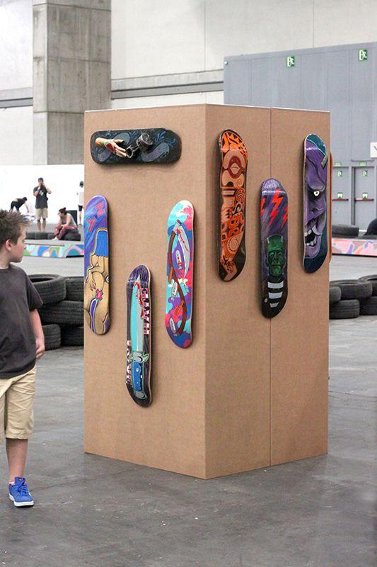 Tótem en cubo para exhibición de tablas de skate de artistas. Cartón color Kraft. Fácil montaje, ligero y resistente.  #cardboard #carton #totem #art #skate #mulafest2015 #eventos #cubo
