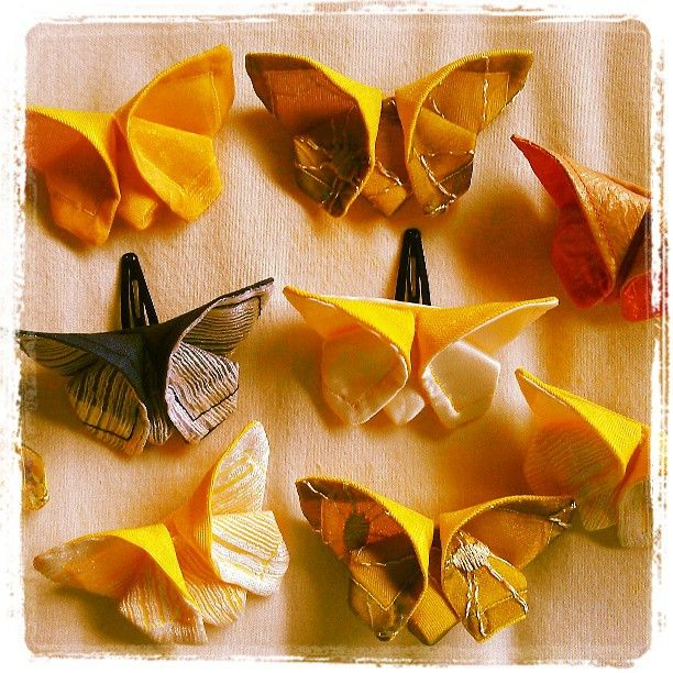 Farfalle origami con spilla o fermaglio per capelli - Fabric origami butterfly - Tutorial by borsedigaya.com